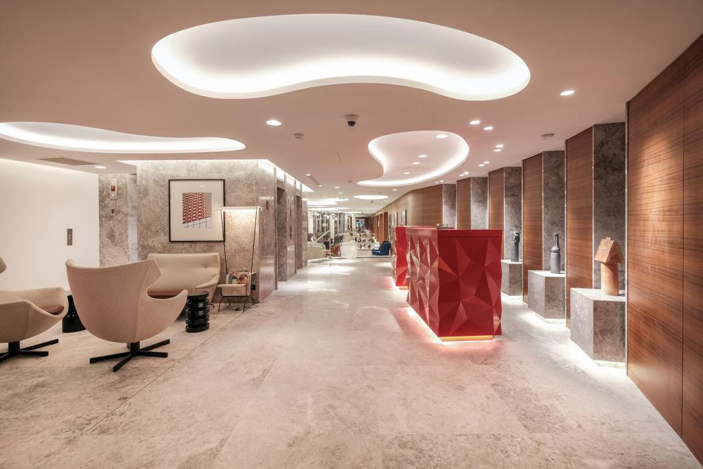 Décor minimaliste et contemporain dans le lobby