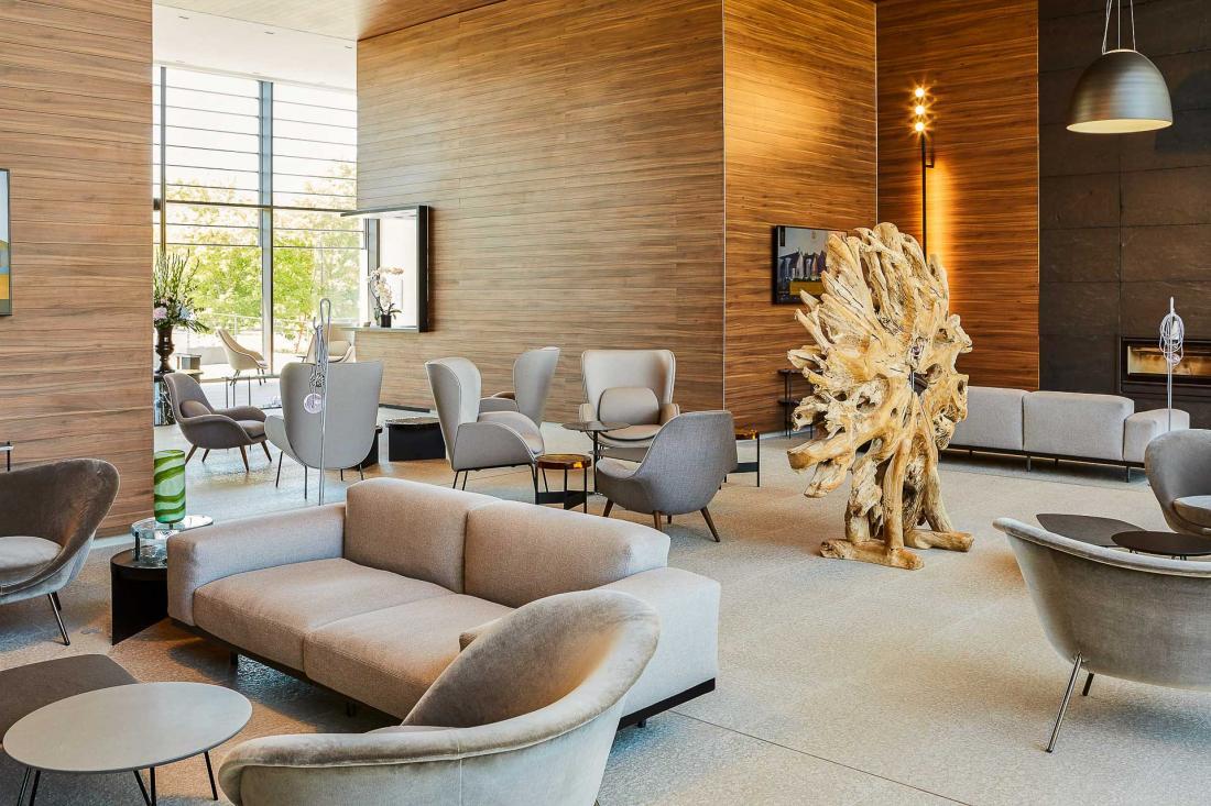 Bardage de bois, pierre, zinc ou noyer, entre autres, sont les matières utilisées pour le décor moderne tout en sobriété