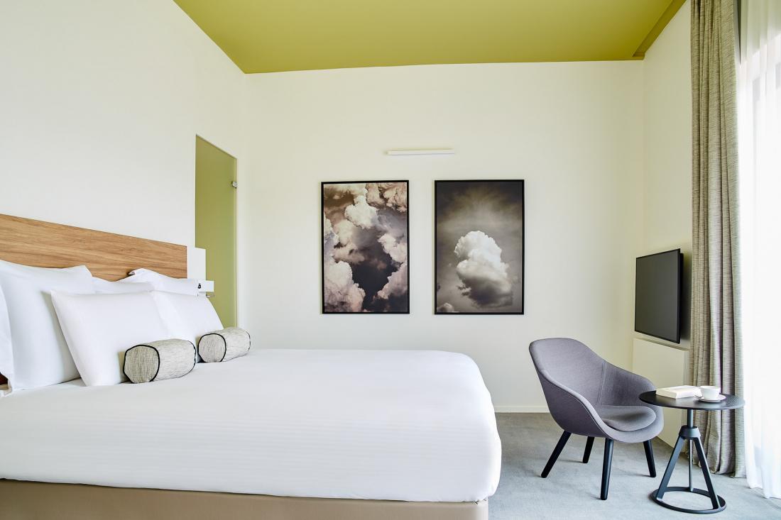 Dans les chambres, les intérieurs sont épurés pour créer un environnement reposant