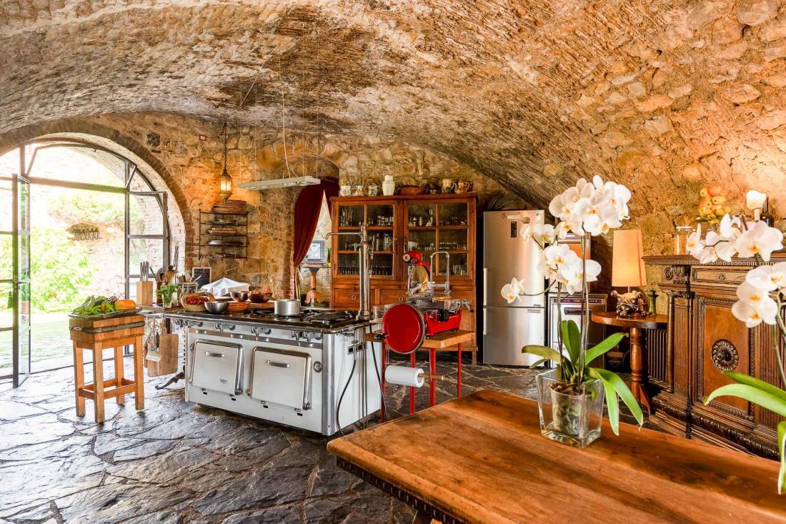 La cuisine ouverte a été imaginée comme un lieu convivial, où se préparent chaque jour les repas pris en commun ou dans une atmosphère plus intime, selon les goûts de chacun