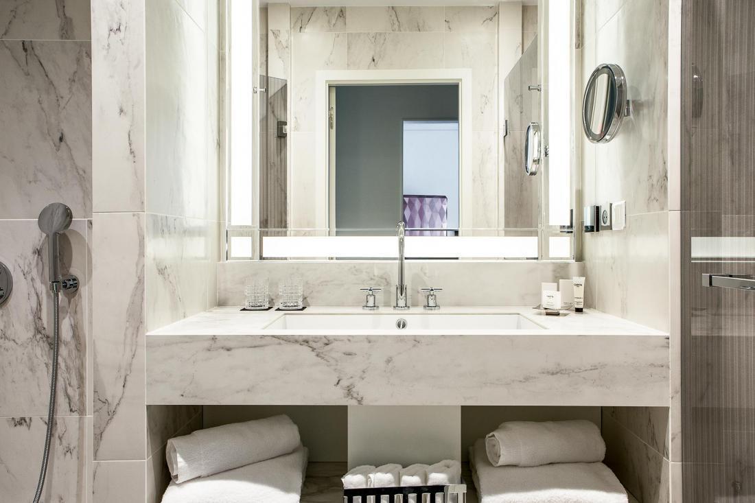 salle de bain luxe hotel. Black Bedroom Furniture Sets. Home Design Ideas