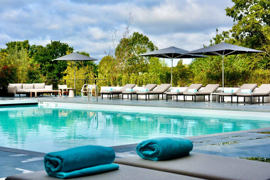 À l'extérieur du spa, un solarium et un piscine chauffée (28°C en octobre) de 16x10m