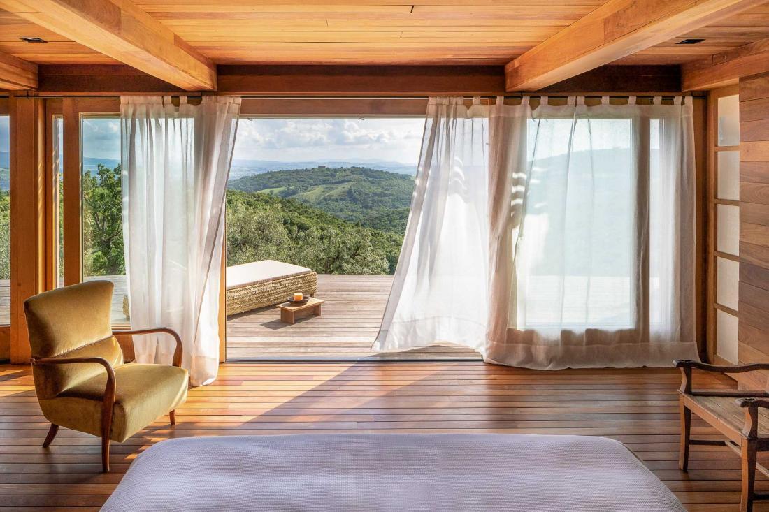 La Suite Spa, nouvellement ouverte, dispose d'une terrasse privée, d'un espace sauna-hammam et de larges fenêtres ouvertes sur l'horizon