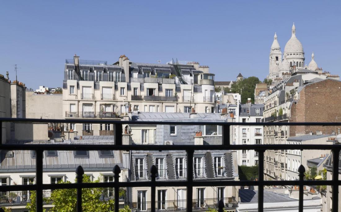 Vue sur le Sacré Cœur imprenable depuis les balcons du 8e étage