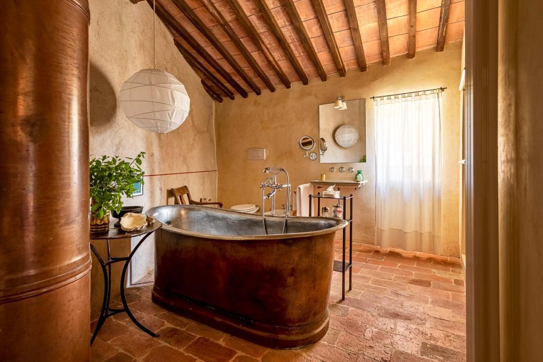 Chaque salle de bain dispose d'une identité unique, baignée d'une douce lumière naturelle