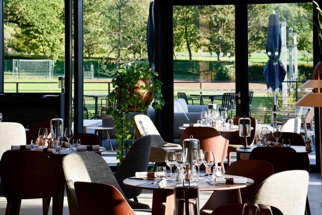 Le Domaine des Vanneaux abrite deux restaurants, dont La Plume, une table gastronomique emmenée par le jeune chef Pierre Meneau
