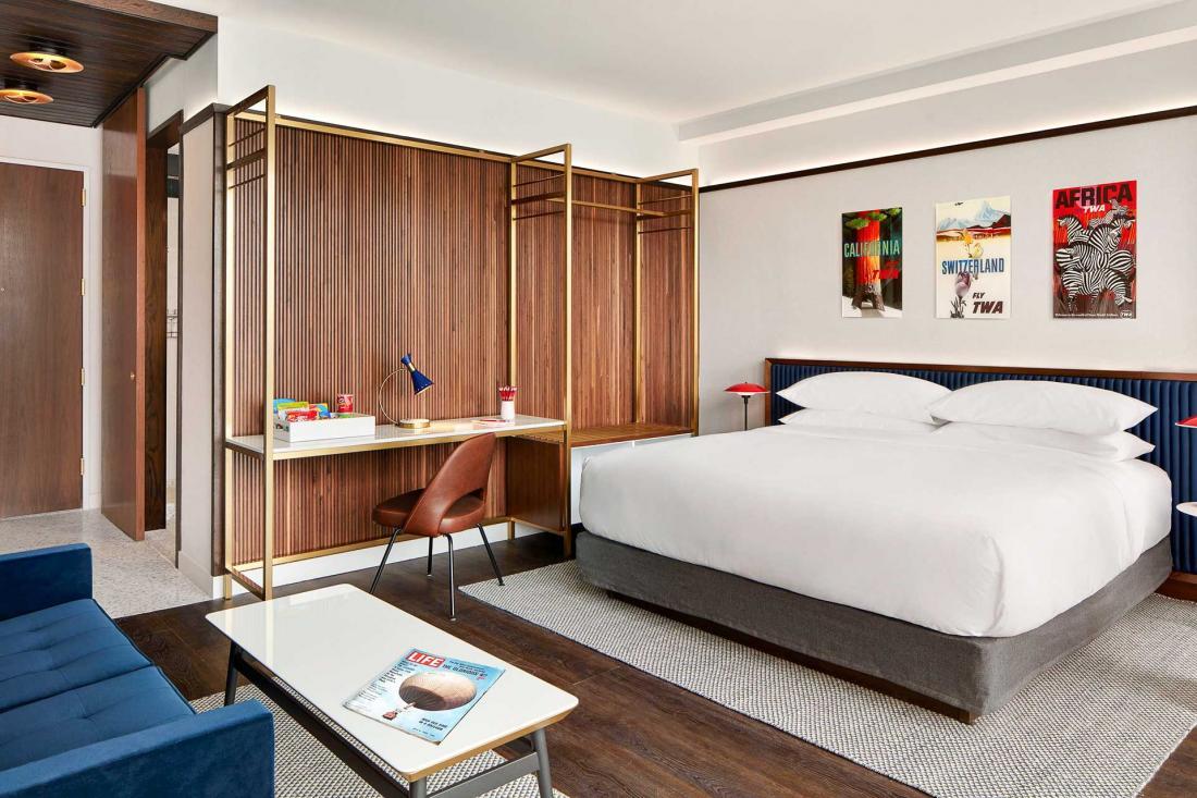 Les chambres sont décorées des affiches publicitaires réalisées par David Klein pour la compagnie dans les années 50 et 60.