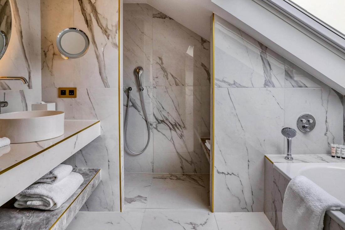 Pensée comme un appartement parisien, elle possède une salle de bain de marbre blanc