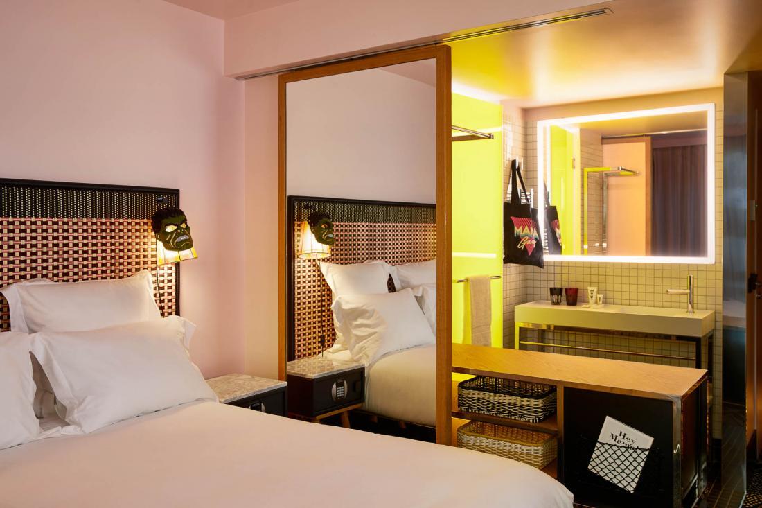 L'espace en chambre est optimisé par une cloison coulissante en miroir qui isole la salle d'eau.
