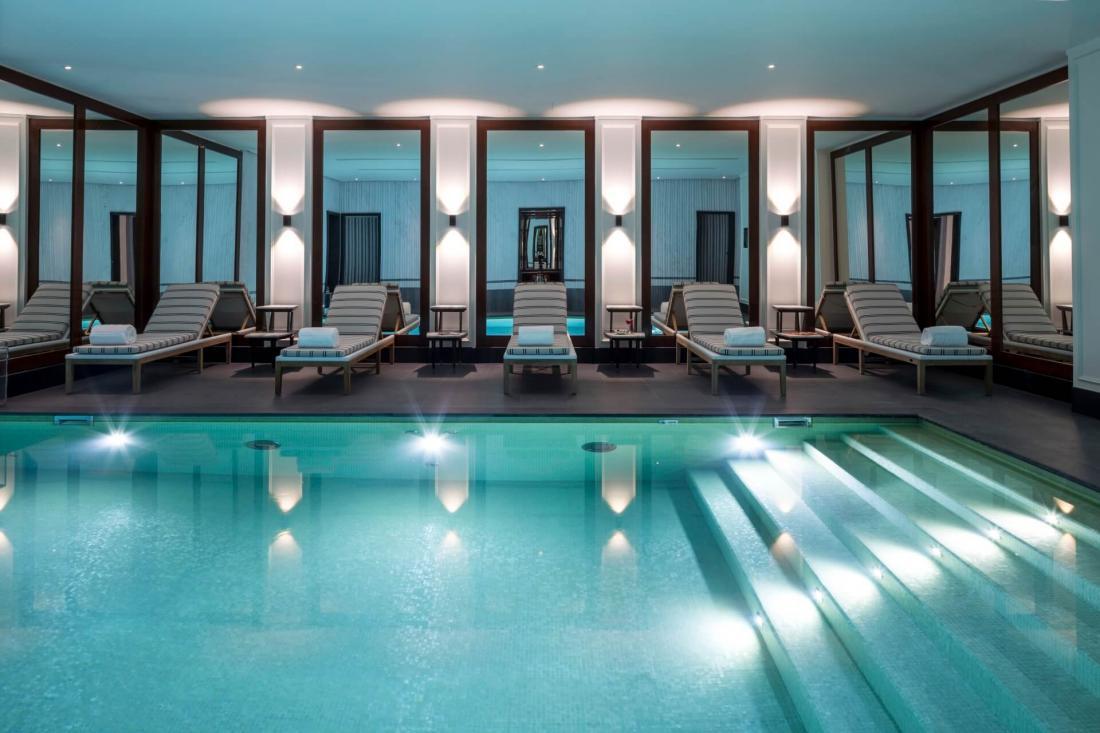Au sous-sol, un spa Sisley avec sauna, hammam et piscine d'intérieur chauffée