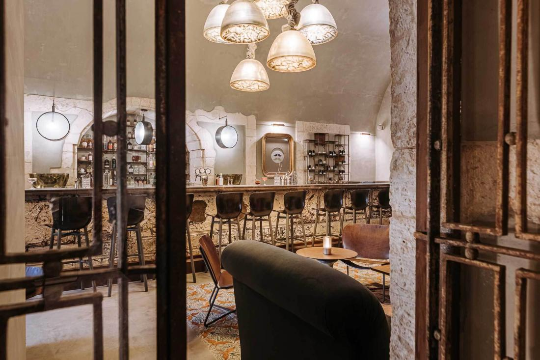 Le Bar 700 et son comptoir de plus de huit mètres de long en fer blanc argentin