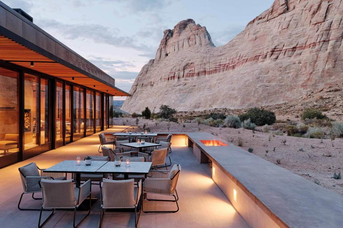 Espace intérieur et extérieur au restaurant, où les braseros créent une atmosphère intimiste au crépuscule