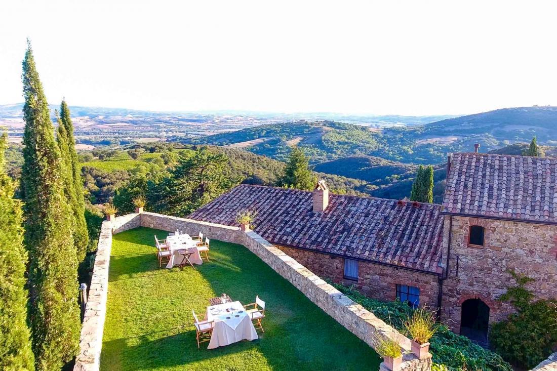 Le soir venu, la terrasse devient un point de vue idéal pour admirer les vallons de Toscane, dans le silence le plus total