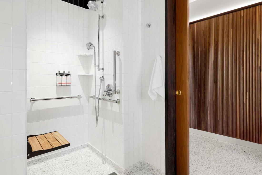 Les salles de bains revêtues d'un lumineux terrazzo blanc.