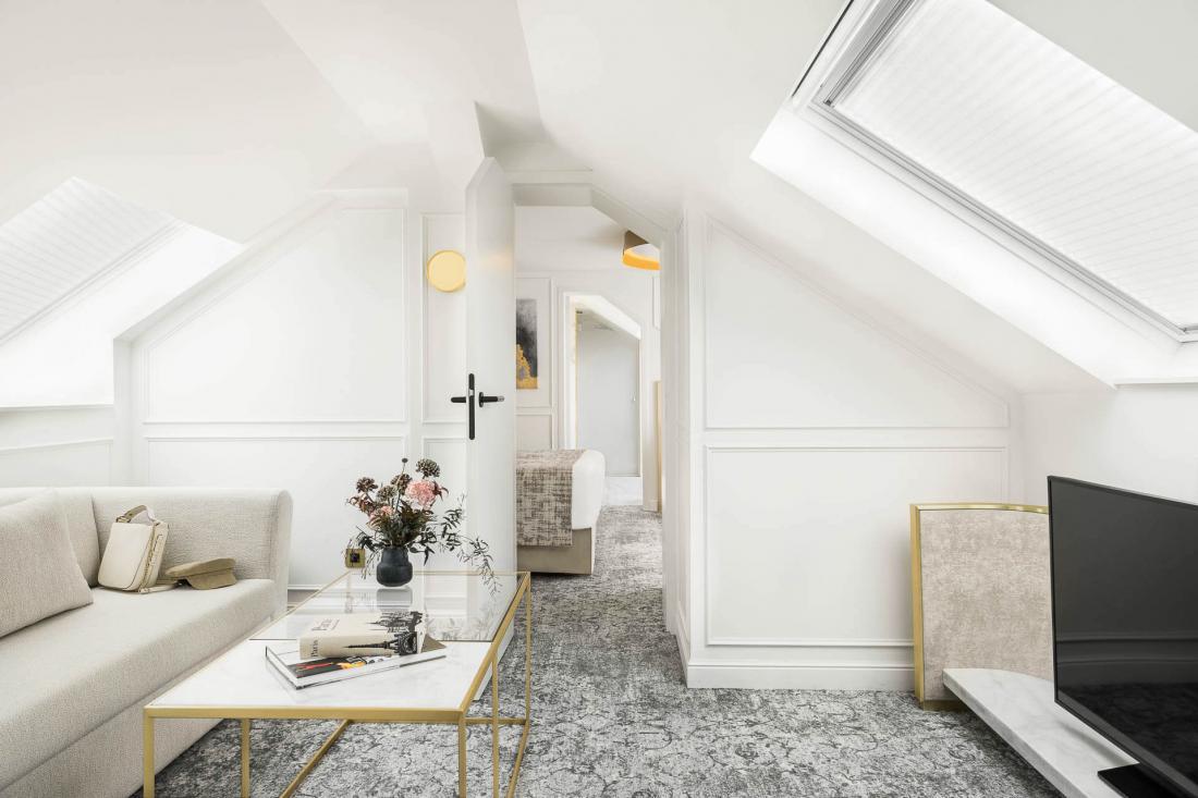 Elle compte également un salon indépendant avant la chambre équipée d'une immense baie vitrée