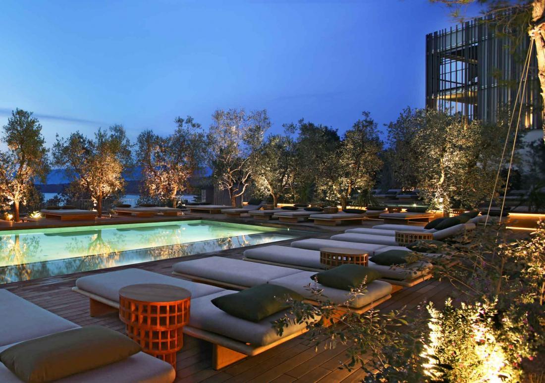 Le soir venu, la piscine et sa terrasse deviennent des lieux de partage et de divertissement