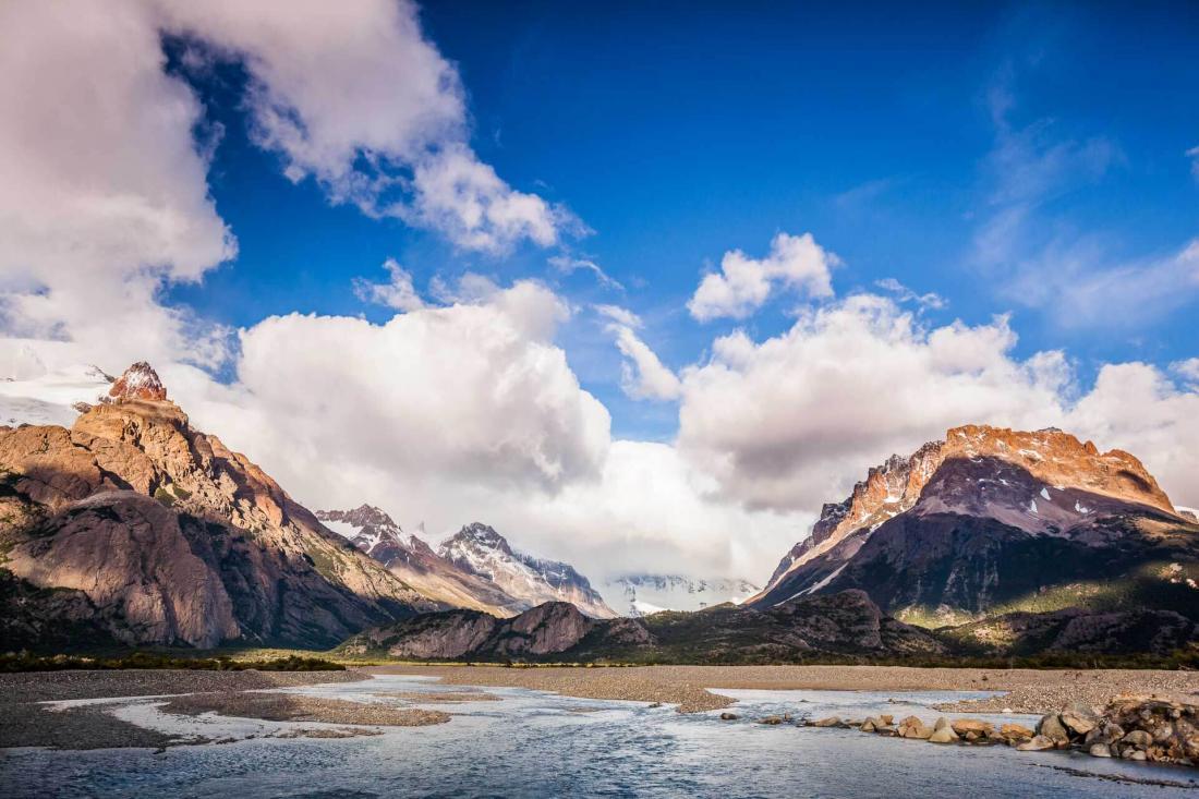 Le rio Eléctrico est entouré de hautes montagnes et de glaciers