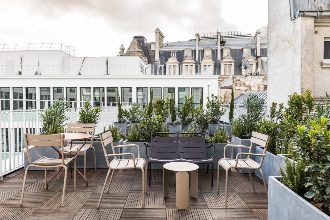 Deux des suites possèdent une terrasse avec vue sur les toits parisiens.