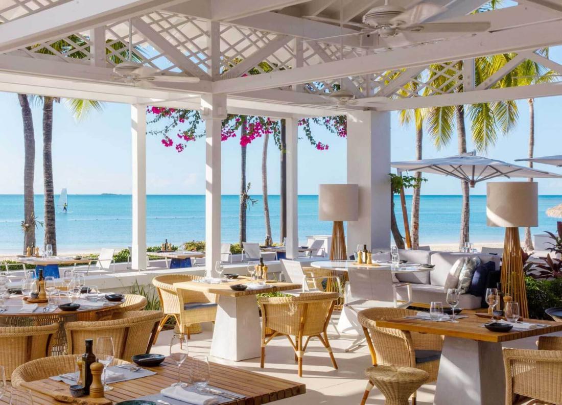 Le restaurant Veranda est situé au bord de l'eau, pour une ambiance décontractée de bord de mer