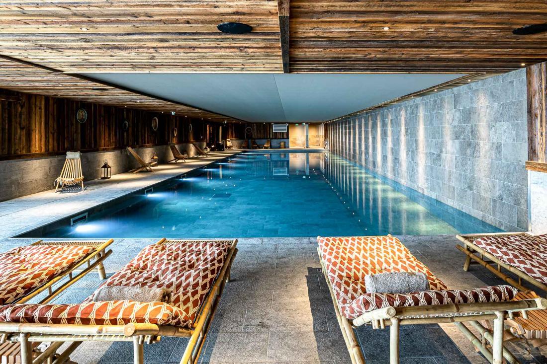 La piscine de 25 mètres de longueur et l'espace bien-être