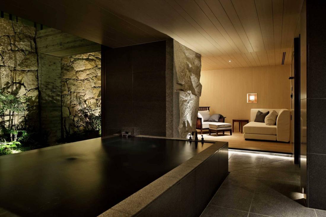 Les onsen privés possèdent un coin salon et un jardin