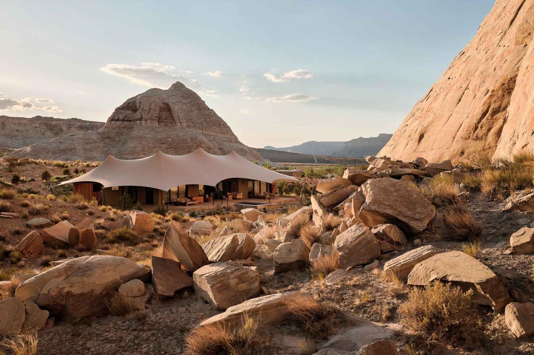 Chaque tente peut supporter jusqu'à 12 tonnes de neige car le resort est ouvert toute l'année