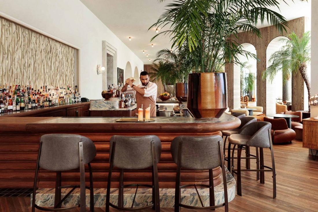 Le lounge Palma attenant au lobby propose des snacks légers et une sélection de mezcal