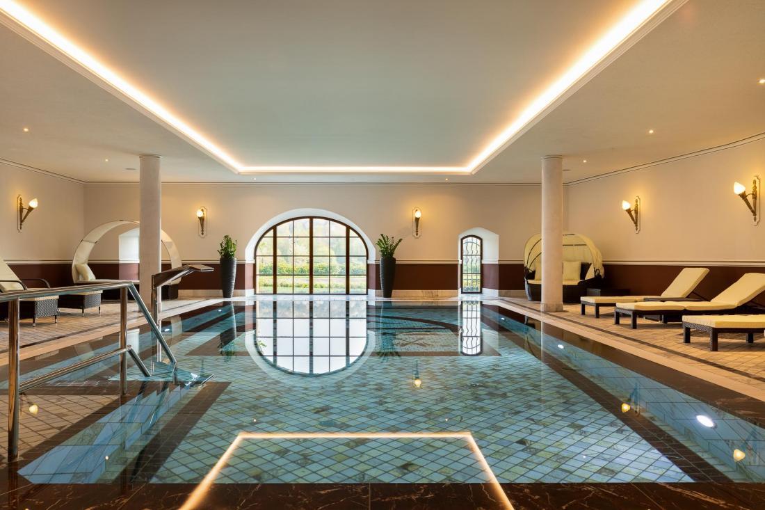 Piscine intérieure flambant neuve et grand spa à l'allemande accueillent les clients.
