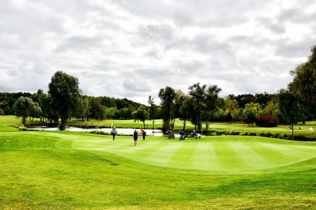 Dessiné par l'architecte Ronald Fream, ce parcours de 18 trous fera les beaux jours des golfeurs de passage au Domaine des Vanneaux
