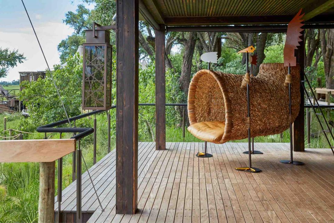 Des nids tissés à taille humaine de l'artiste sud-africain Porky Hefer, reposent sur les terrasses