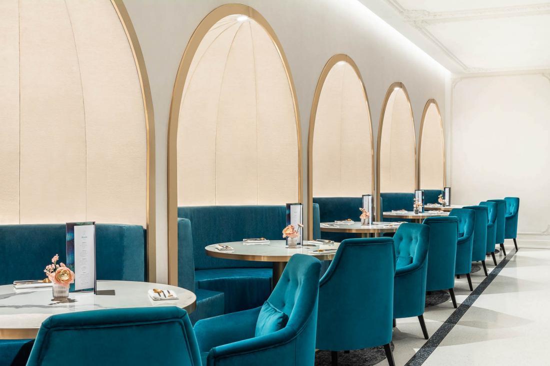 Le restaurant au cadre intimiste, décoré d'or et de vert, de meubles tendus de velours et de marbre