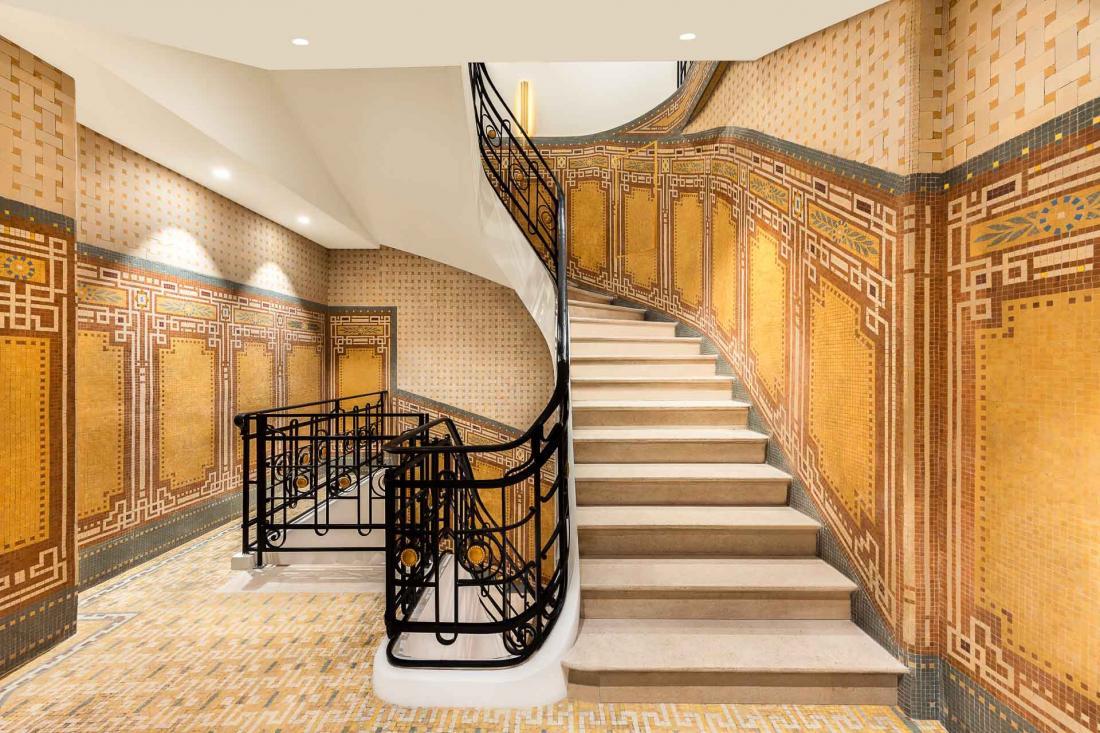 L'escalier qui mène au spa Vendôme et sa mosaïque datent de l'époque où le bâtiment était une banque