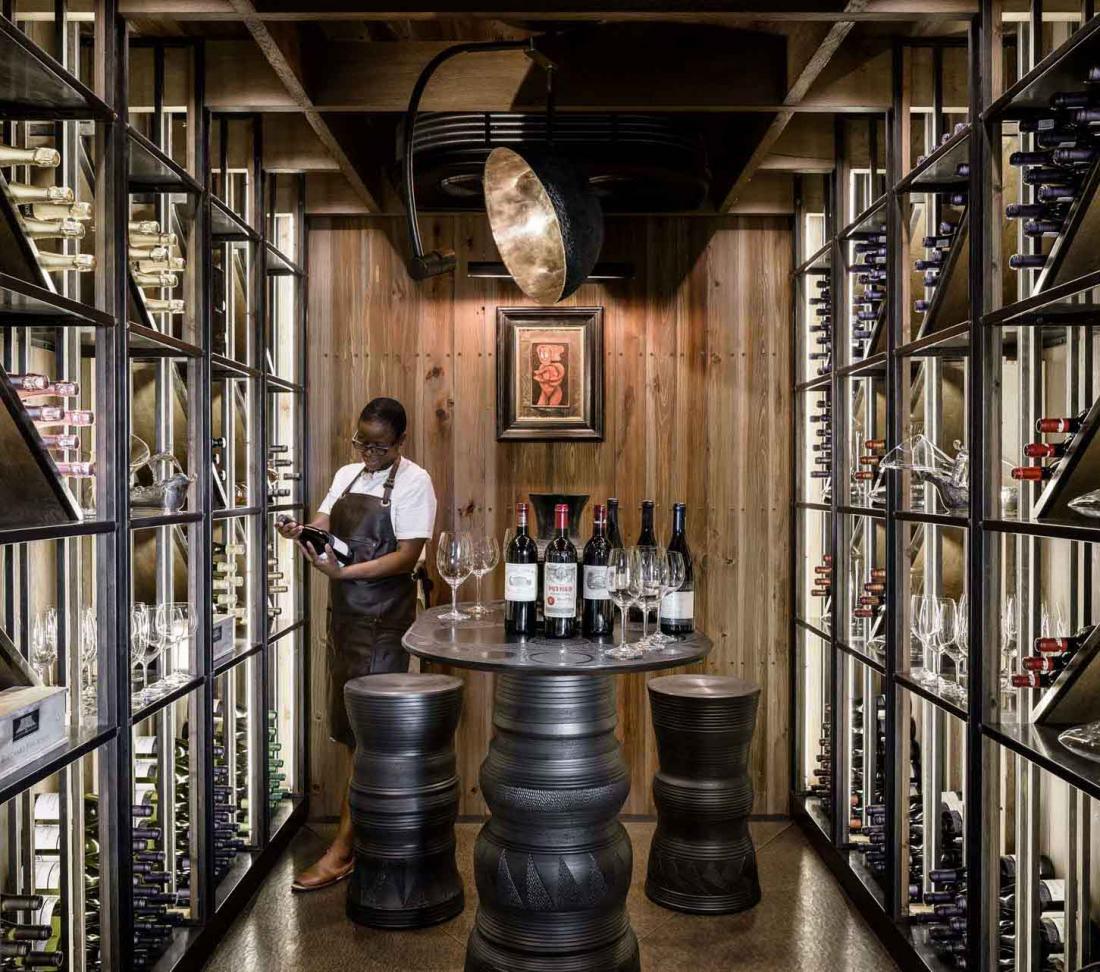 La cave du Xigera Lodge présente des vins du monde entier