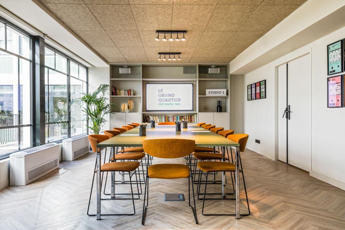 Les professionnels se réjouiront de trouver des espaces réservables lumineux et fonctionnels.