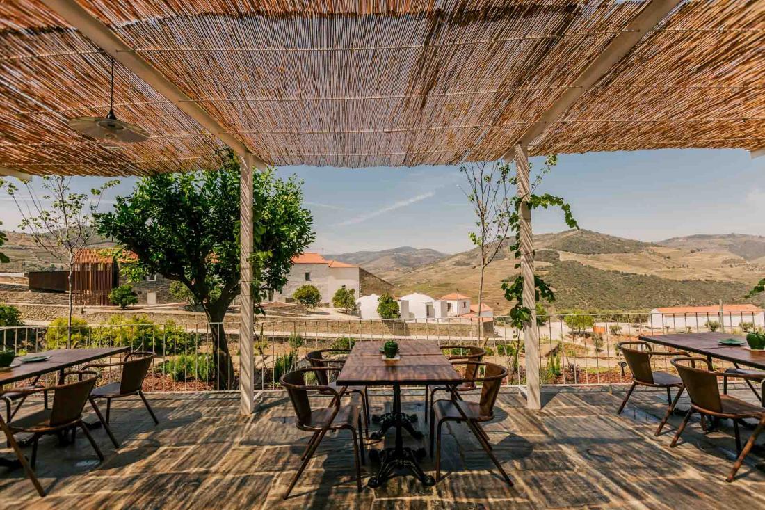 La terrasse du restaurant accueille hôtes et non-résidents le temps d'une pause locavore