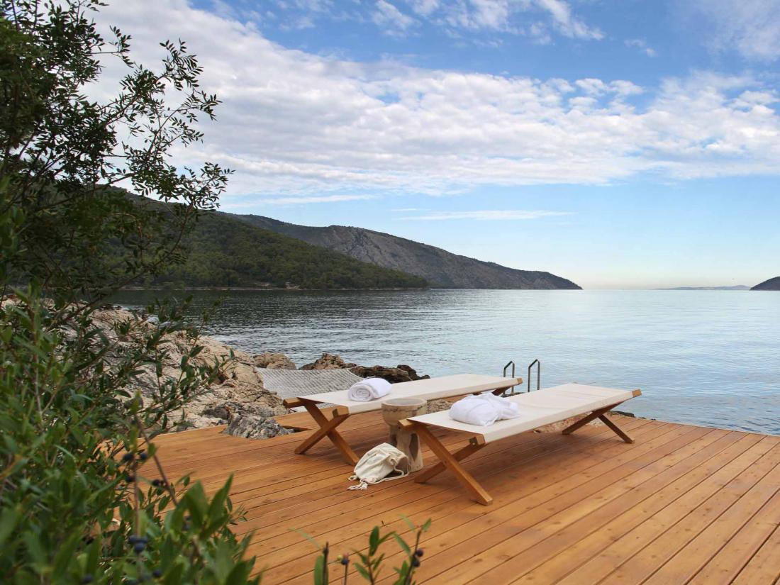 Toutes sortes d'expériences viennent agrémenter le séjour, tel ce massage face à la mer