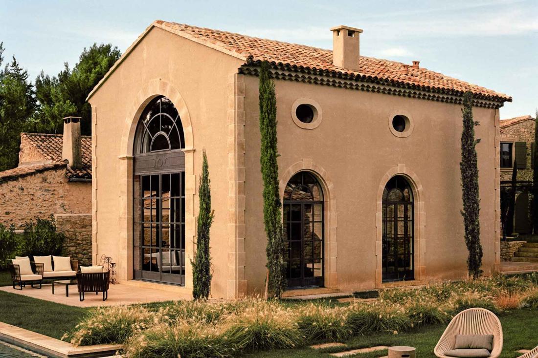 La simplicité des espaces est habillée par les menuiseries et les ferronneries sur la façade de pierre
