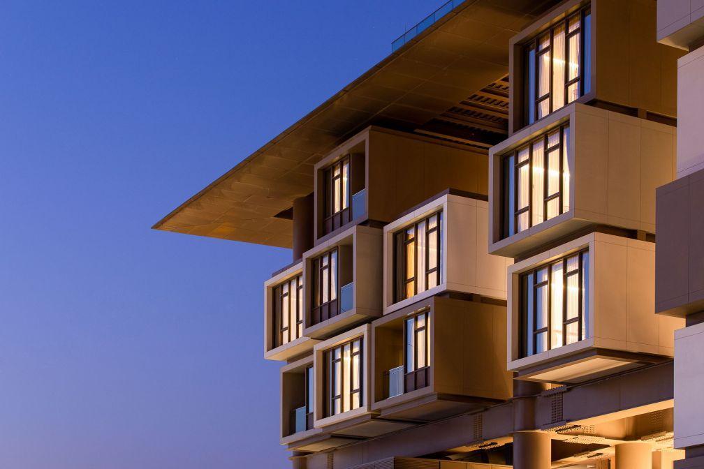 Le bâtiment est perché sur des piliers en acier pour protéger la mosaïque au sol