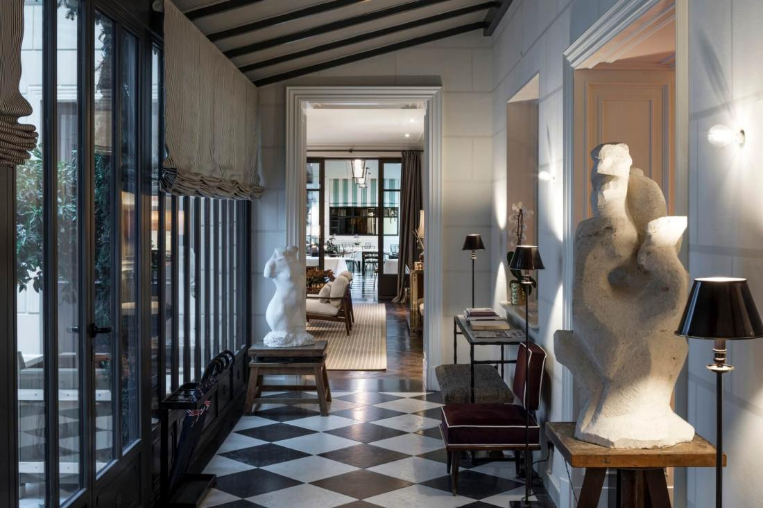 Tableaux et design du XXe siècle, pièces d'art brut chinées et moquettes moelleuses donnent l'impression de se trouver dans une maison particulière