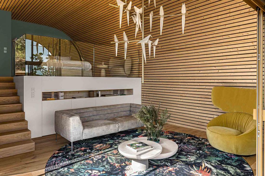 Espace salon et chambre en mezzanine dans des intérieurs en bois blond