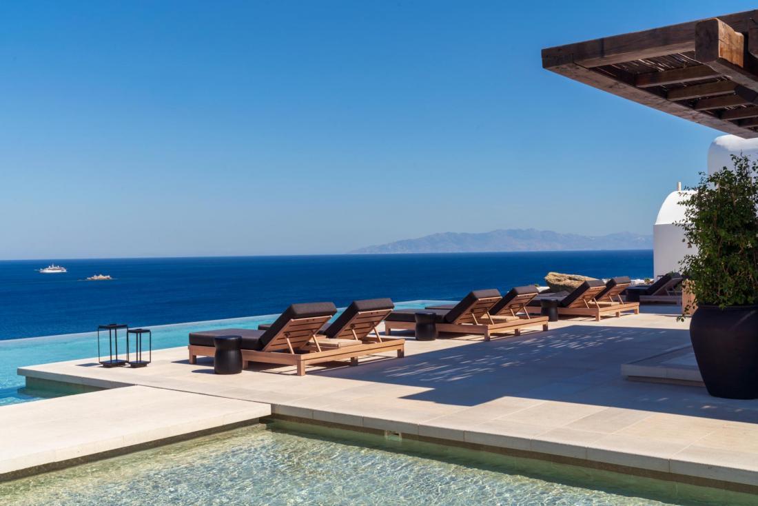 La piscine principale à débordement domaine la mer Égée
