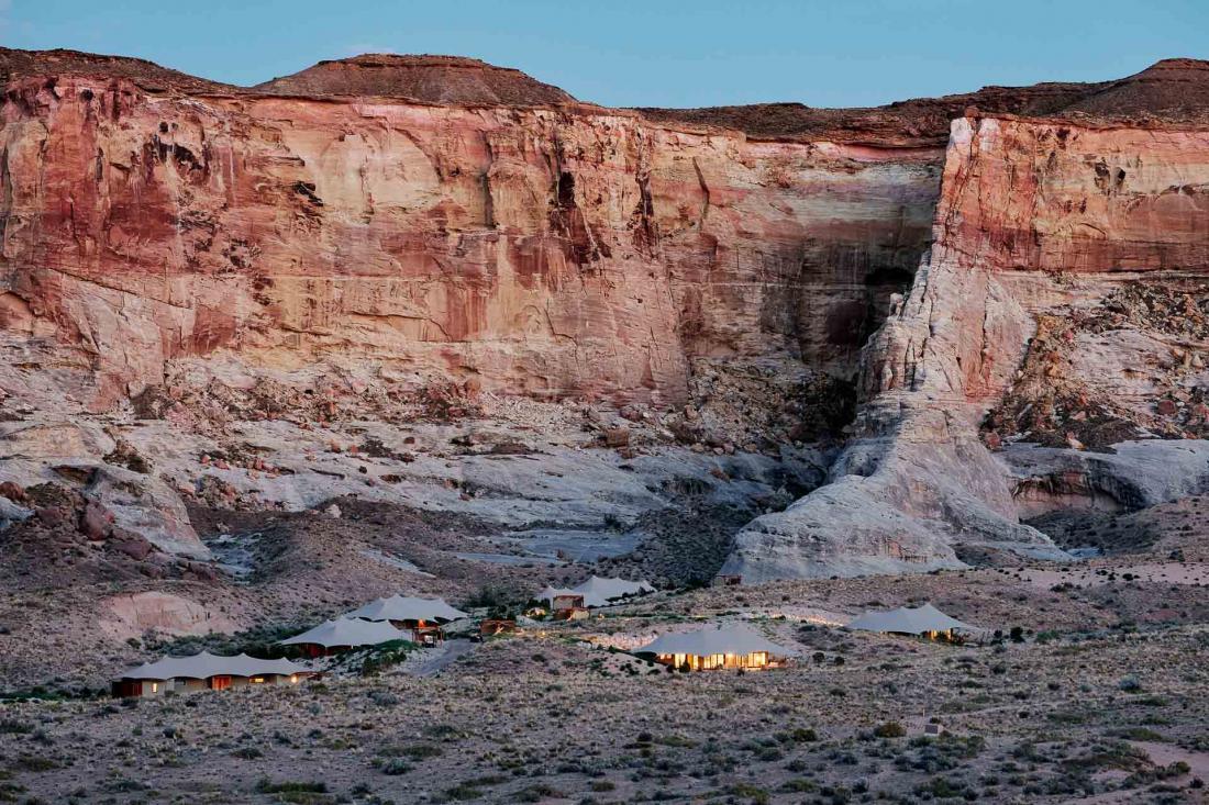 Au pied de grandes falaises rouges, les dix tentes privées perdues en pleine nature