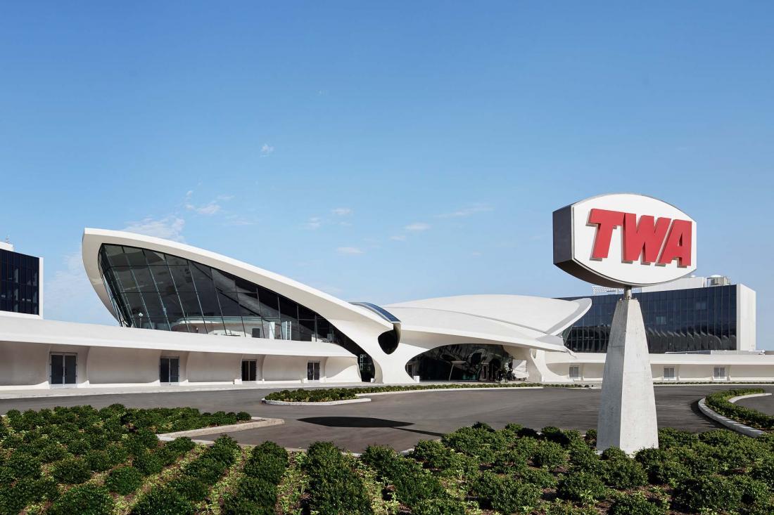 Deux nouvelles ailes entourent le terminal historique d'Eero Saarinen.