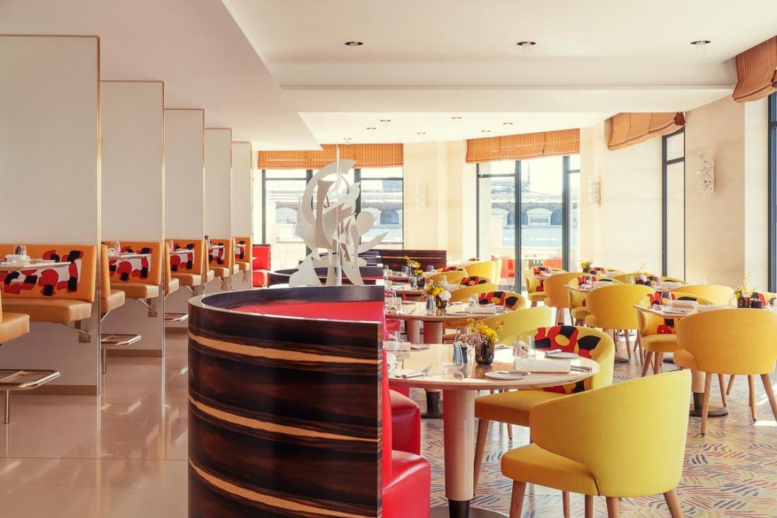 Bienvenue au Tout-Paris, une brasserie contemporaine et haute en couleur