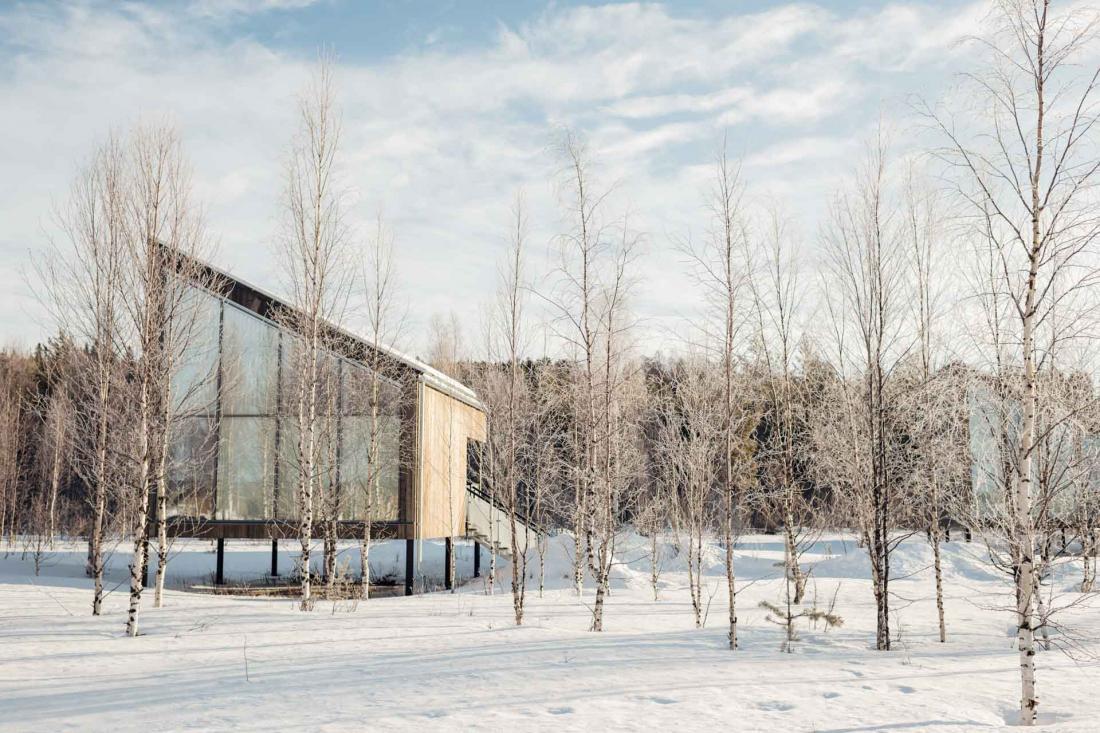 Dispersés autour du bâtiment principal, des lodges en bois sur terre et sur la rivière