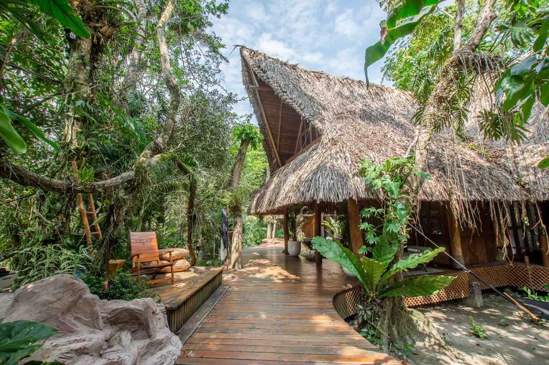 Quatre pavillons composent l'hébergement, avec des toits en palmes aux formes traditionnelles