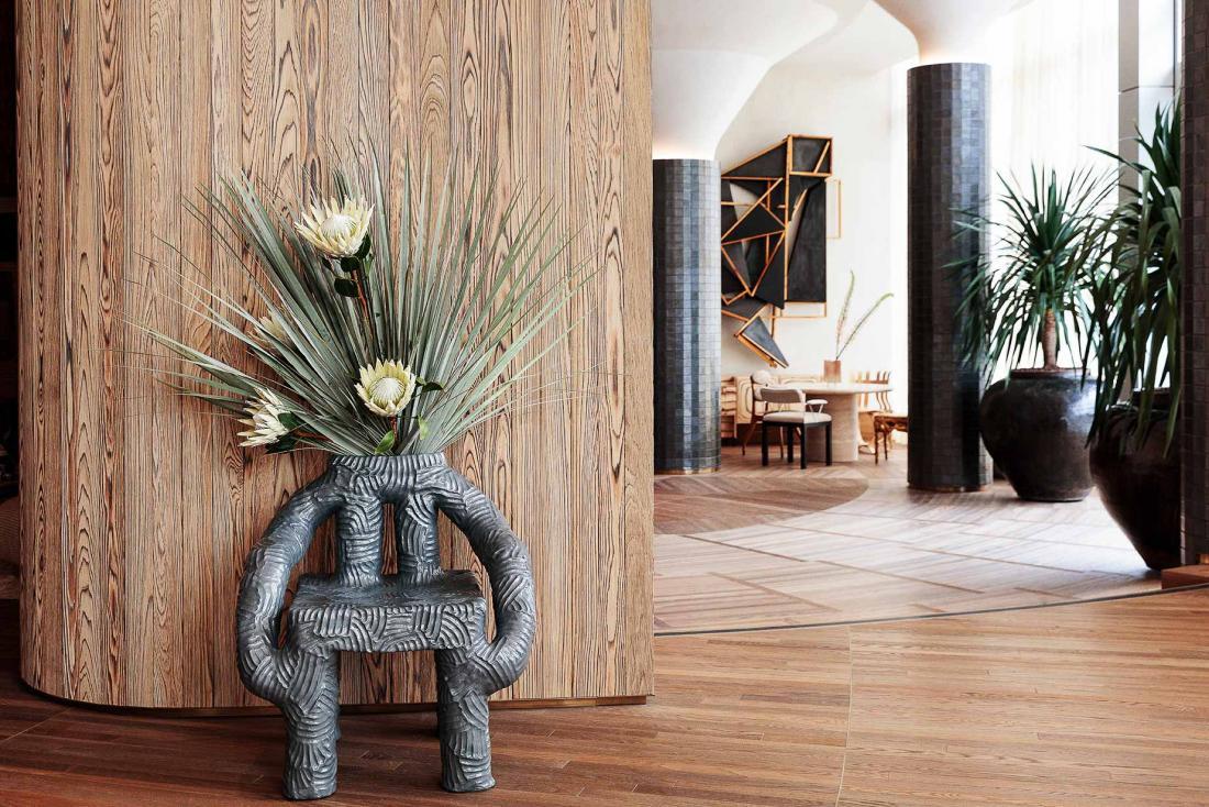 Dans les espaces communs, on découvre différentes collaborations avec des artistes et artisans de Los Angeles, comme cet étrange vase-fauteuil par Chris Wolson