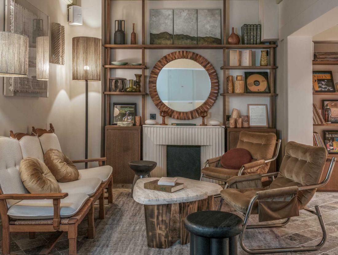Au rez-de-chaussée, un petit salon où s'installer pour travailler ou boire un café