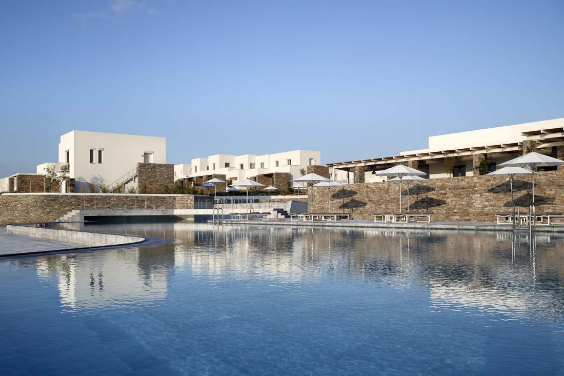 Les deux grandes piscines de forme libre sont l'endroit idéal pour passer un après-midi d'été
