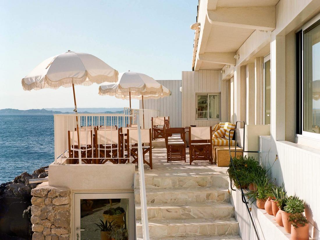 Ouvert sur la mer, le restaurant peut accueillir 80 personnes